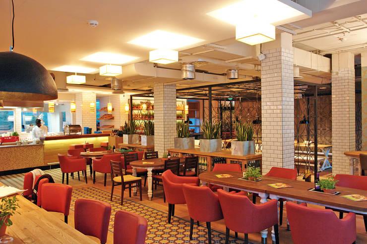 Alex Restaurant The Squaire:  Gastronomie von P&M furniture,Modern