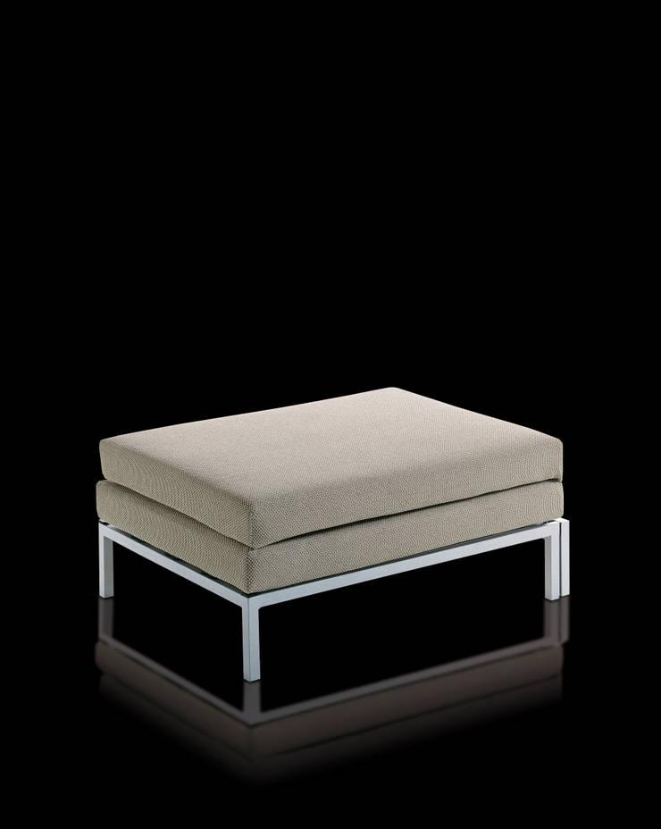 WILLY POUF: Camera da letto in stile  di Milano Bedding,