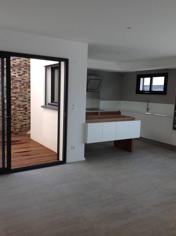 Conception et aménagement d'une cuisine en bois, laque  et corian: Cuisine de style  par Myriam Galibert Amenagement