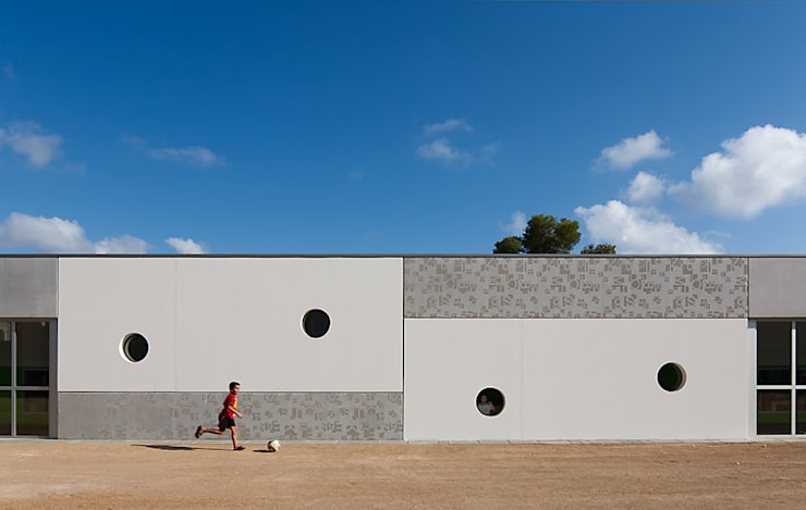 ESCUELA JOSEP GUINOVART:  Walls by PICHARCHITECTS