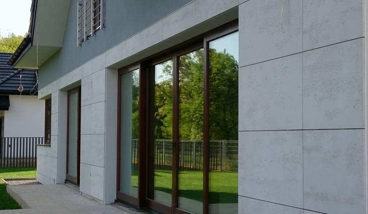 Beton architektoniczny na elewacje: styl , w kategorii Domy zaprojektowany przez Luxum
