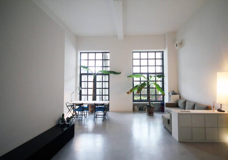 Loft M76: Negozi & Locali commerciali in stile  di clarapozzetti design studio