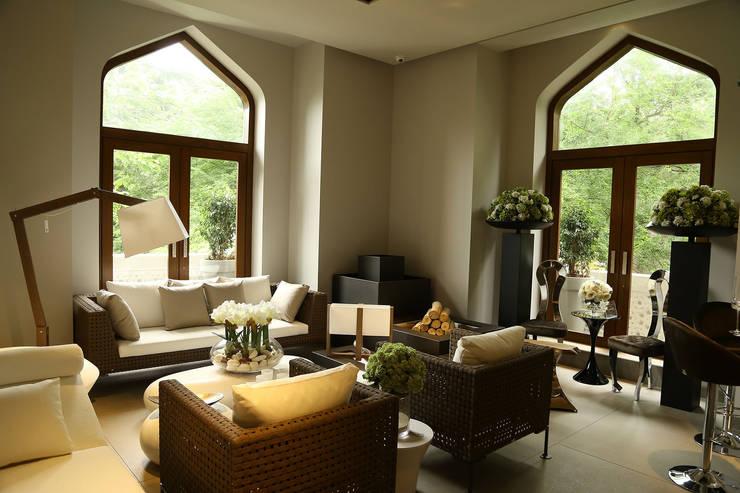 SIMONE ARORA NEW STORE | INDIA: Casa in stile  di VGnewtrend