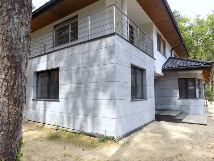 Elewacja z betonu architektonicznego: styl , w kategorii Domy zaprojektowany przez Luxum,Nowoczesny
