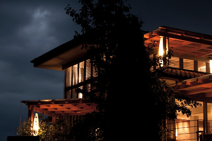 edificio ad alto contenuto tecnologico - villa primavera_duemiladieci mondovì: Terrazza in stile  di studioarchitetturagolinelli