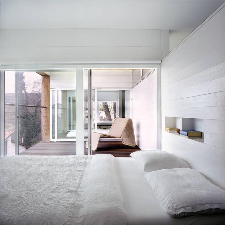 case Bircat: Camera da letto in stile  di Cattaneo Brindelli architetti associati,