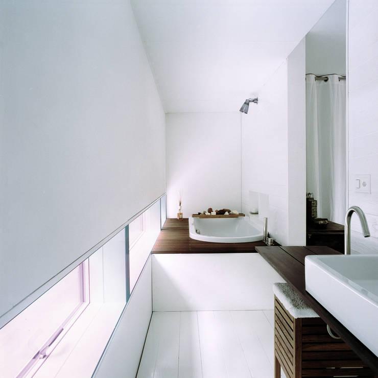 Bathroom by Cattaneo Brindelli architetti associati