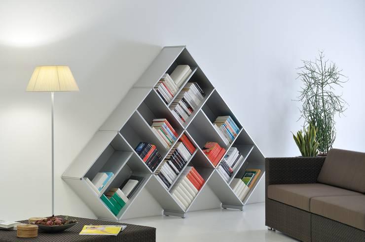 Libreria modulare Fitting Pyramid: Soggiorno in stile  di Piarotto.com -  Mobilie snc