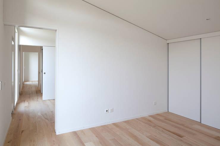 Paredes de estilo  por Cattaneo Brindelli architetti associati, Minimalista