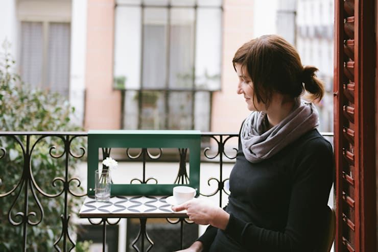 NIMIO · muebles que buscan personas:  tarz Balkon, Veranda & Teras