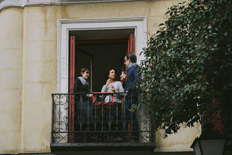 MANUELA: Balcones y terrazas de estilo  de NIMIO · muebles que buscan personas