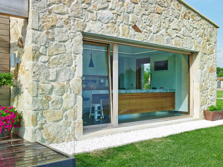 Casas de estilo rústico por HUGA ARQUITECTOS