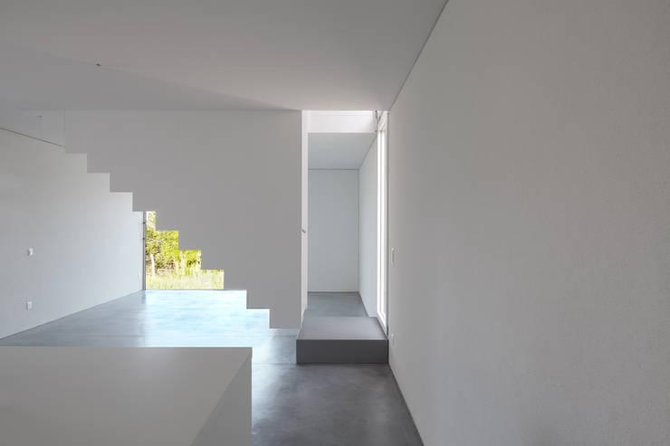 Pasillos y vestíbulos de estilo  por Cattaneo Brindelli architetti associati, Minimalista
