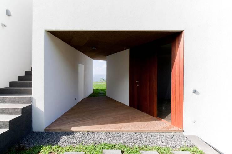 Casa do Miradouro: Casas modernas por Mayer & Selders Arquitectura