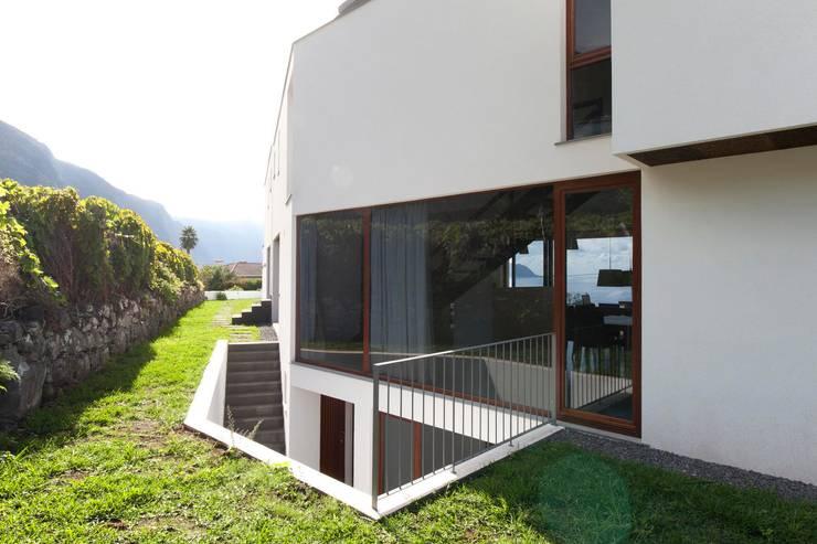 Casa do Miradouro: Casas  por Mayer & Selders Arquitectura