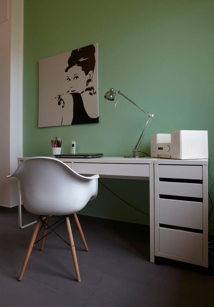Colore e calore: riqualificazione di una villa Studio moderno di marco olivo Moderno