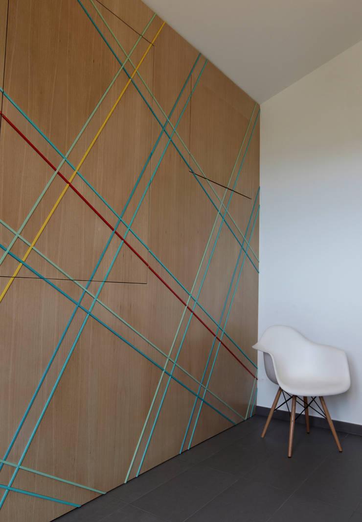 Colore e calore: riqualificazione di una villa Spogliatoio moderno di marco olivo Moderno