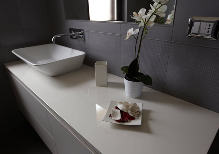 Colore e calore: riqualificazione di una villa: Bagno in stile in stile Moderno di marco olivo