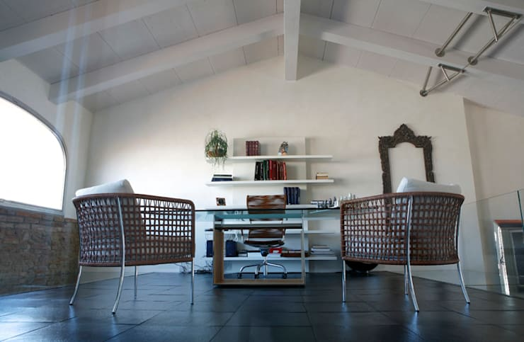 Suggestioni abitative tra materia e trasparenze.: Case in stile  di Studio Chigiotti,