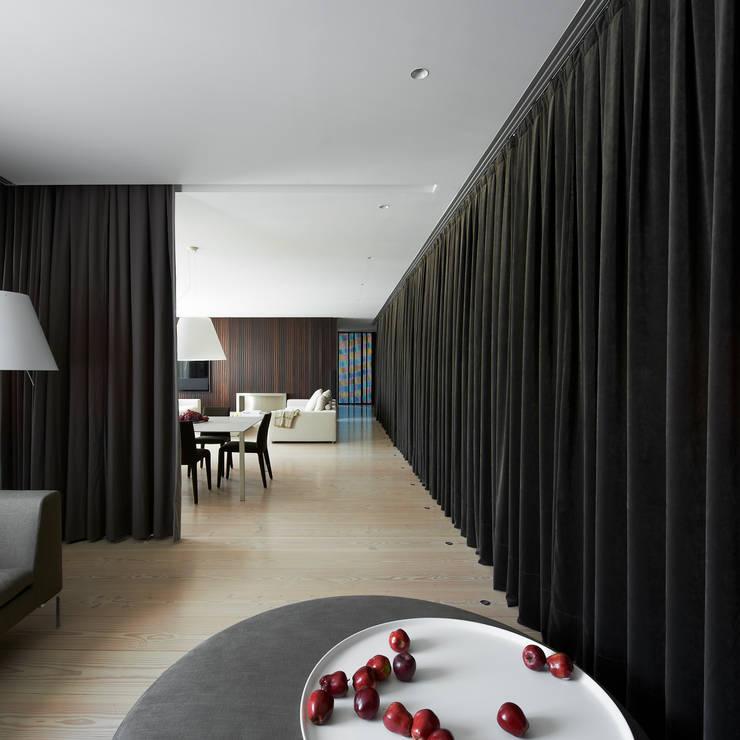 A HOUSE: Pasillos y vestíbulos de estilo  de Vaíllo & Irigaray