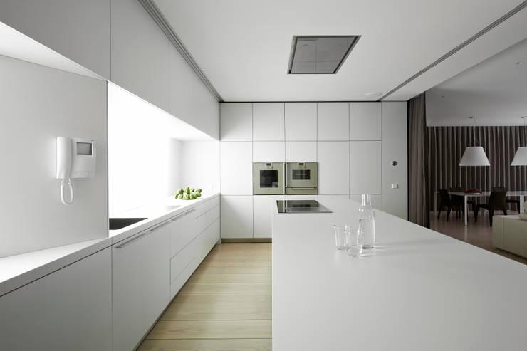 A HOUSE: Cocinas de estilo  de Vaíllo & Irigaray