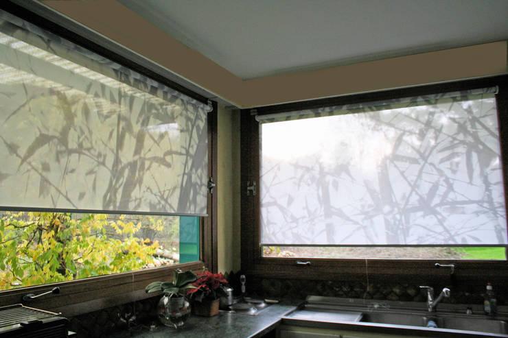 Stores sur mesure bambous legers taupe: Fenêtres & Portes de style  par Arielle D Collection Maison