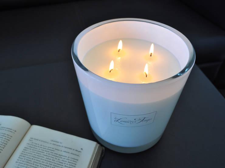 Bougie Luxe GM Soie végétale.: Maison de style  par Les Lumières du Temps