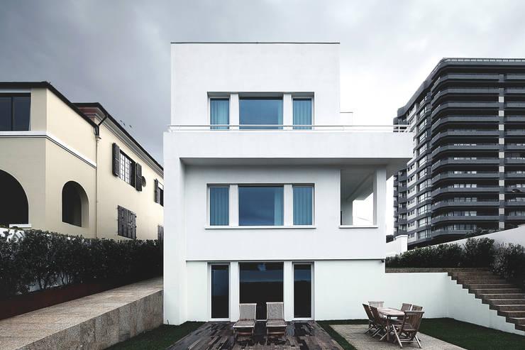 Projekty, nowoczesne Domy zaprojektowane przez Barbosa & Guimarães, Lda.