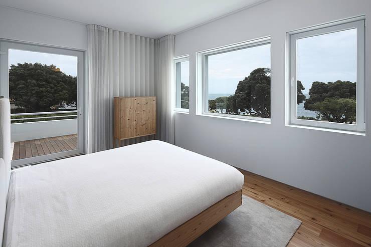 Dormitorios de estilo moderno por Barbosa & Guimarães, Lda.