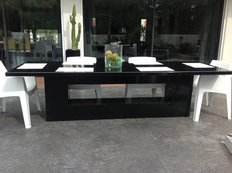 Conception d'une table en aluminium et acier galvanisé thermolaqué: Jardin de style  par Myriam Galibert Amenagement
