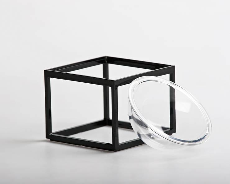 Planet without the <q>E</q>: Casa in stile  di YU HIRAOKA DESIGN,