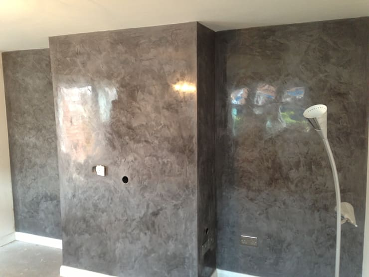 Feature Wall In Grey Spatula Stuhhi:  Living room by Daniel Polished Plaster Interiors