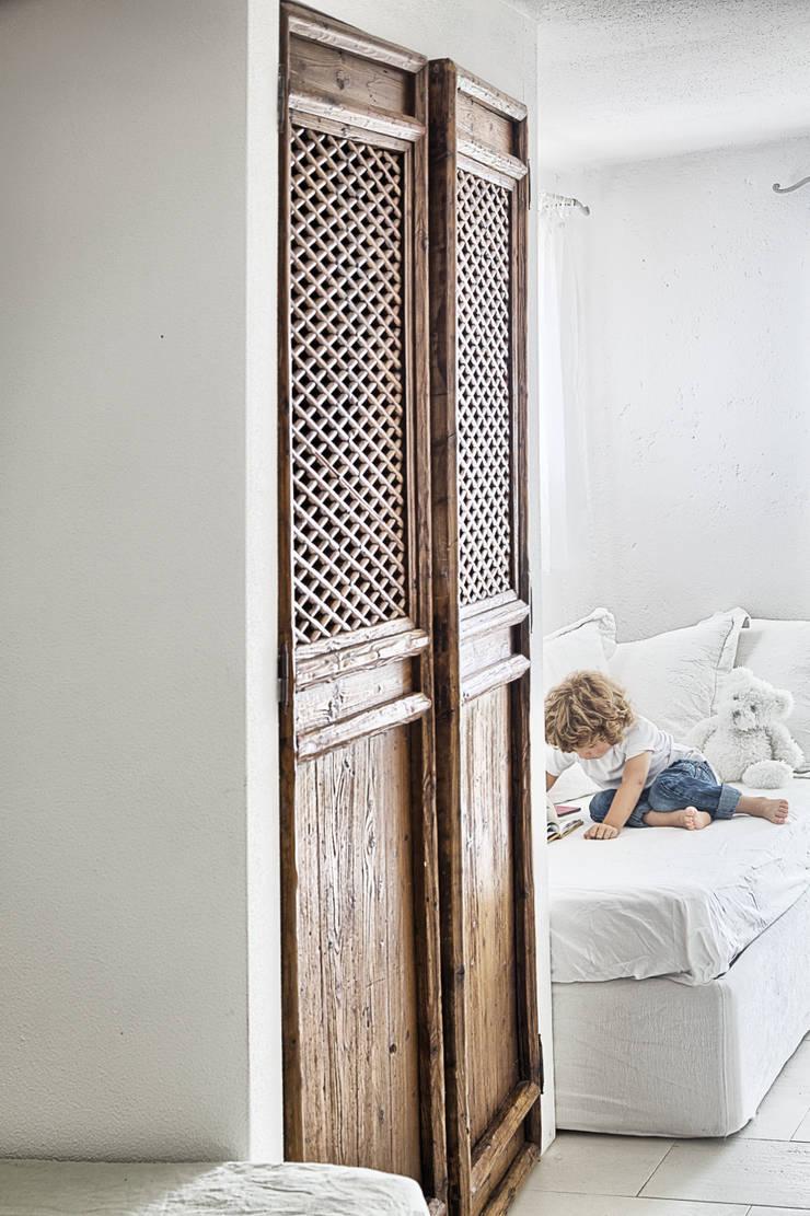 Un dettagio: Stanza dei bambini in stile  di STUDIO PAOLA FAVRETTO SAGL - INTERIOR DESIGNER, Rustico Legno Effetto legno