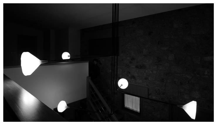lámpara L: Salones de estilo  de Flu-or