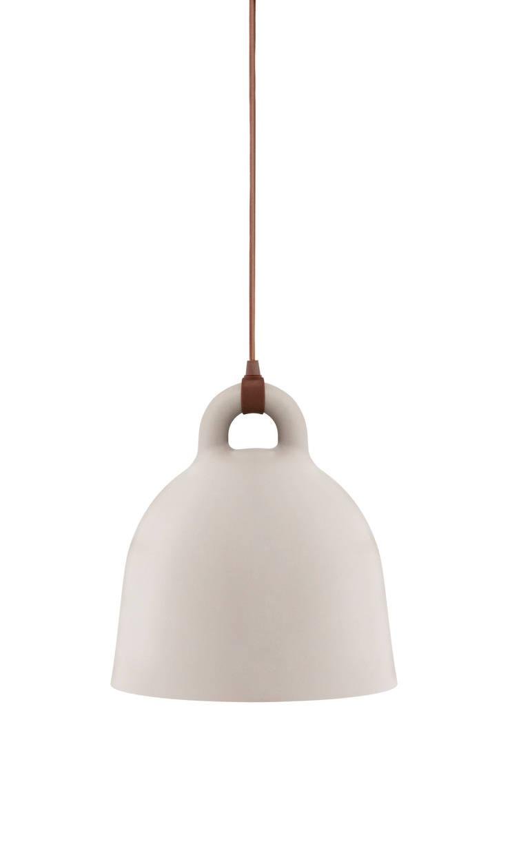 Bell – Normann Copenhagen: Maison de style  par La Fabrika