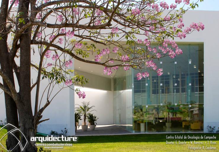 CENTRO ESTATAL DE ONCOLOGÍA DE CAMPECHE:  de estilo  por Grupo Arquidecture