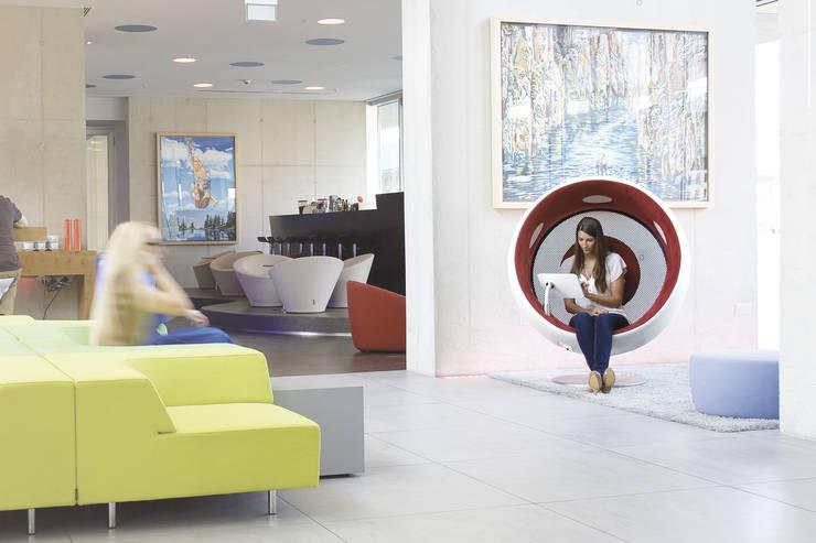 sonic chair im art'otel Totale: modern  von designatics production GmbH,Modern