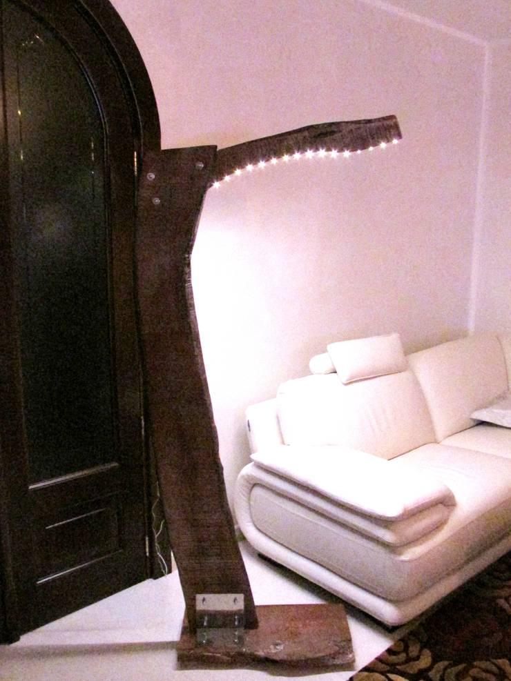 Piantana   'Albero di Luce': Soggiorno in stile  di CatturArti design Lab