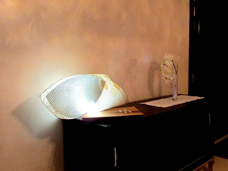 Lampada da tavolo Butterfly:  in stile  di CatturArti design Lab, Minimalista