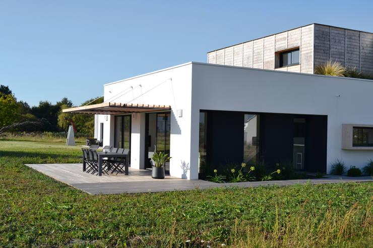 MAISON LOMA: Maison de style  par Sicard Architecte