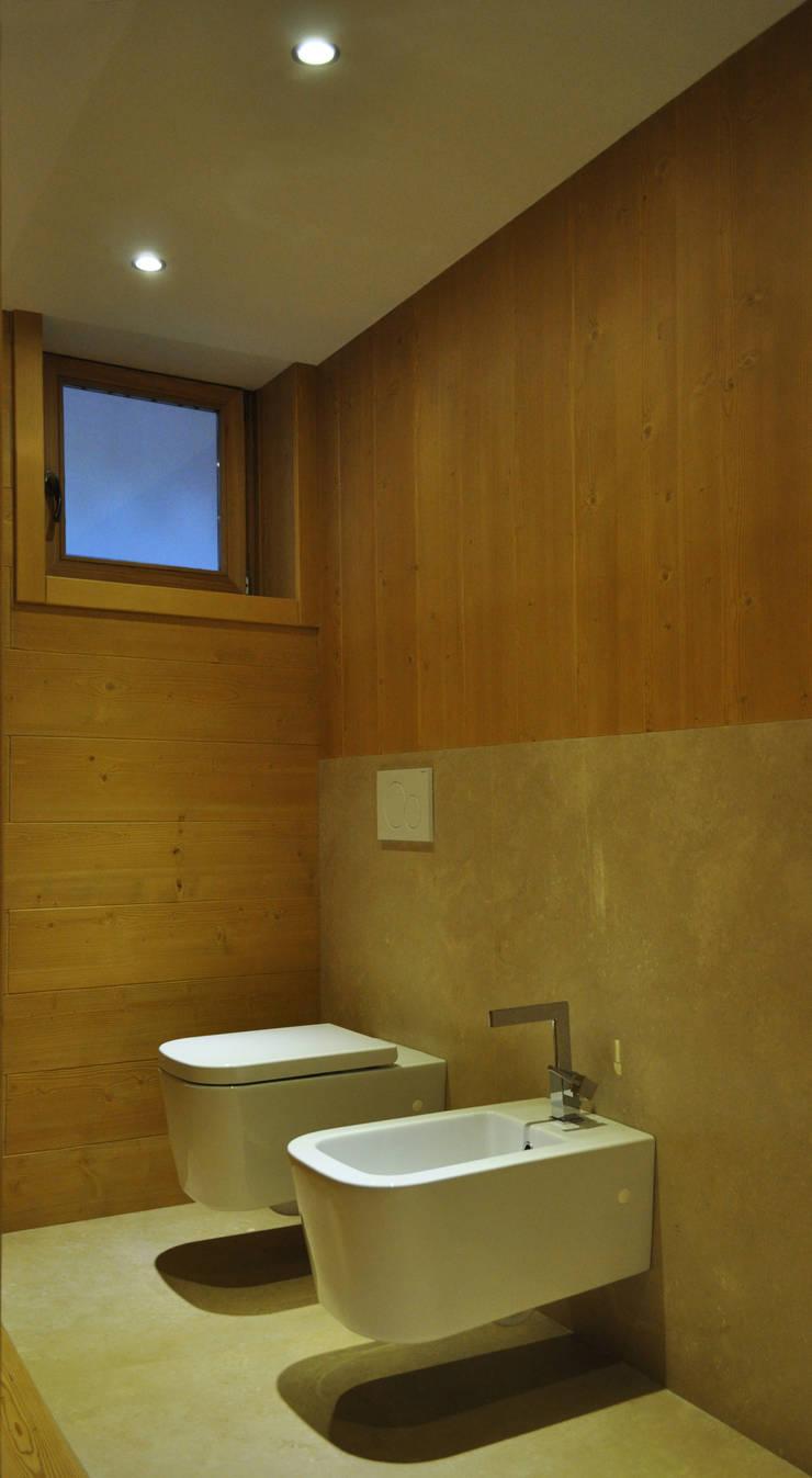CASA IN MONTAGNA: Ingresso & Corridoio in stile  di STUDIO STOCCO,