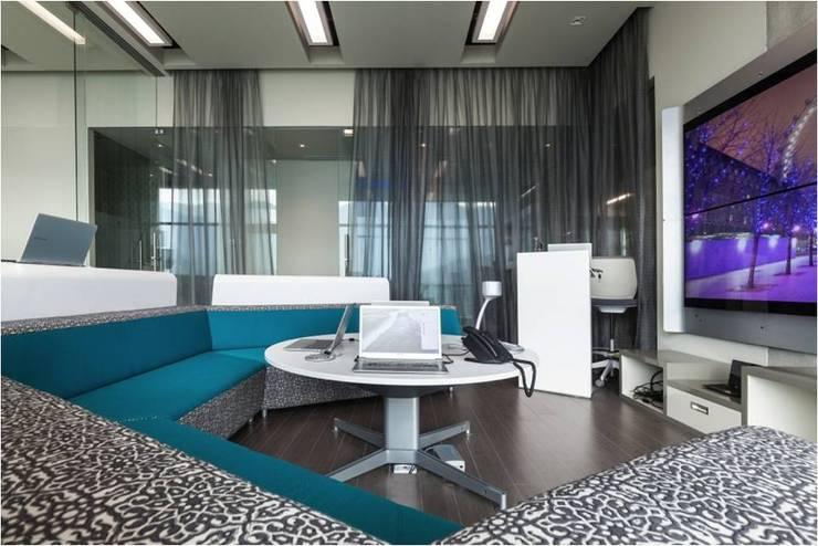 Salas multimedia: Salas multimedia de estilo  por Ofis Design