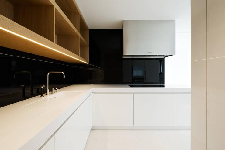 Penthouse Studio : moderne Küche von Hürlemann AG