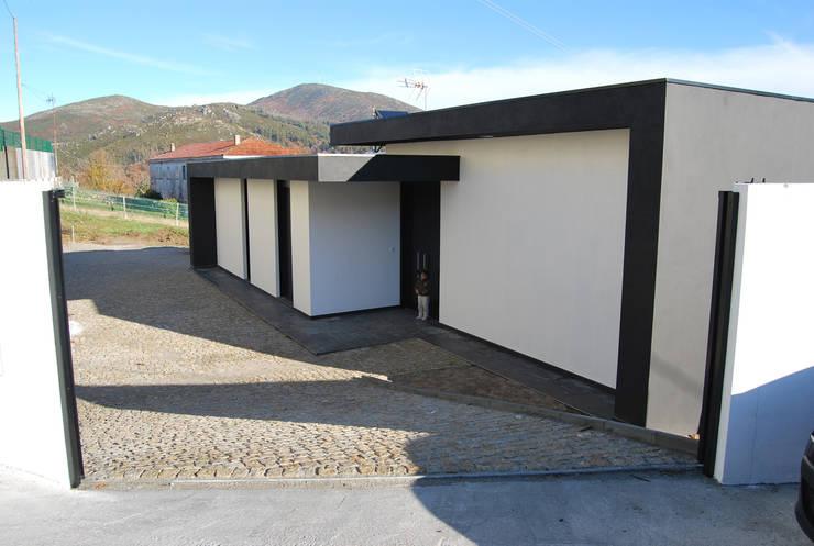 Vivienda en Antas, A Lama: Casas de estilo  de MUIÑOS + CARBALLO arquitectos