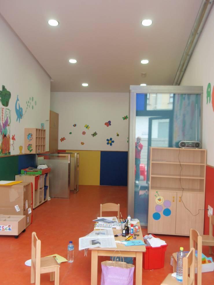 Guardería en Arcade, Soutomaior: Escuelas de estilo  de MUIÑOS + CARBALLO arquitectos
