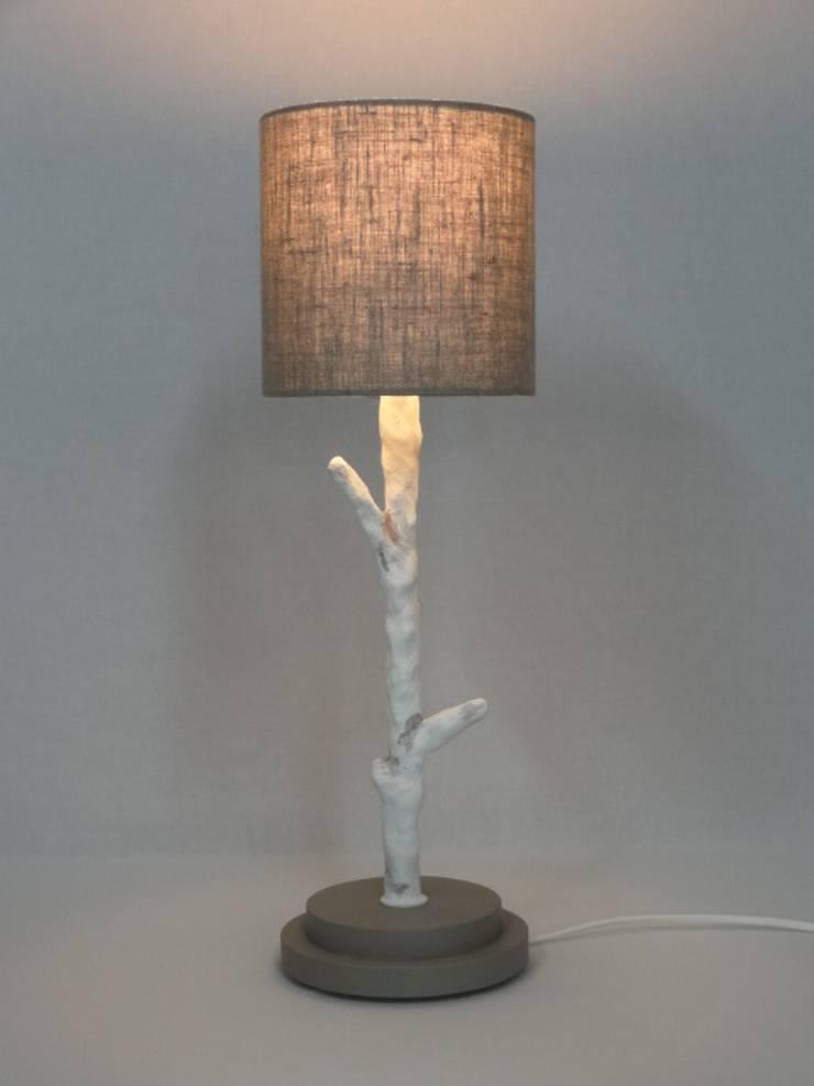 lampe à poser LP tige: Maison de style  par CASAREVAsvp