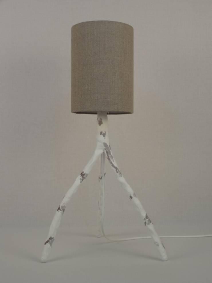 Lampe à poser LP 3 tiges: Maison de style  par CASAREVAsvp