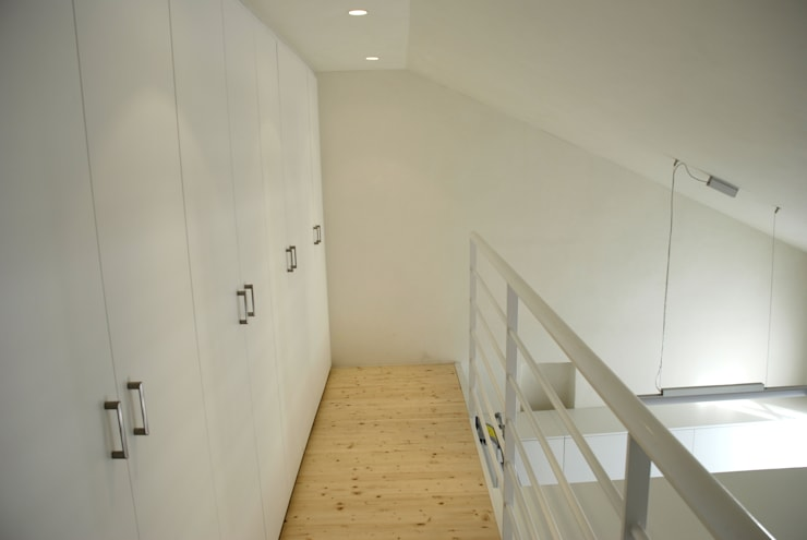 soppalco con scala e armadio: Ingresso & Corridoio in stile  di Rizzo 1830