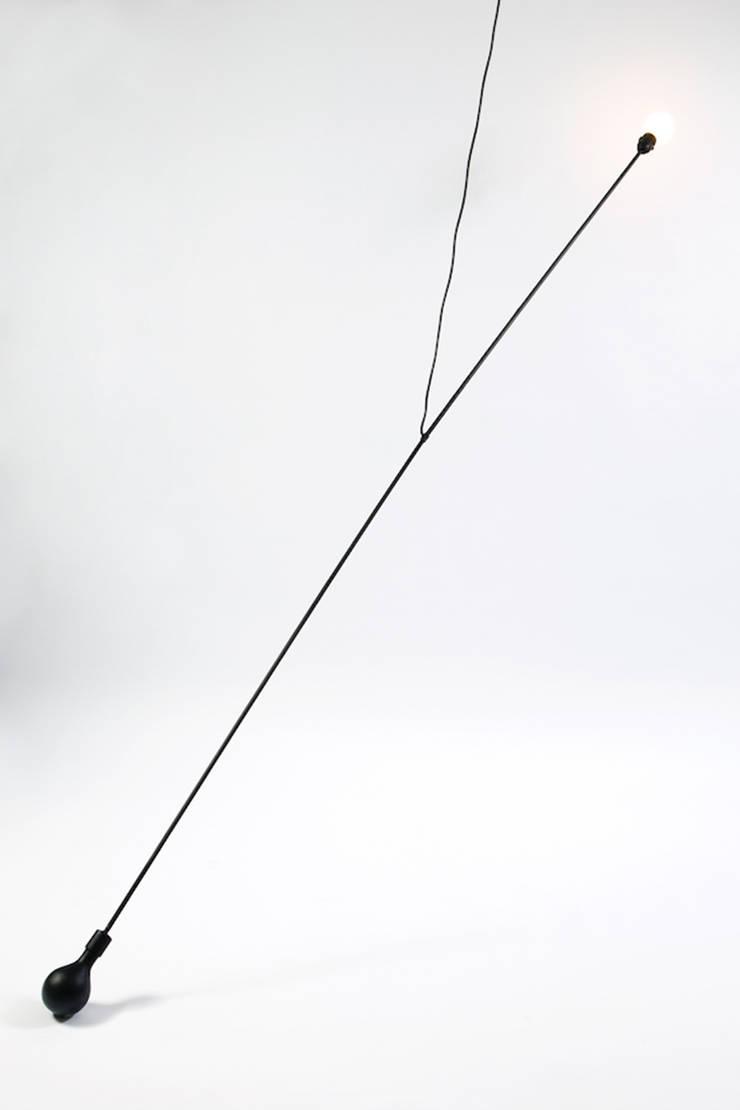 Pendulum Lamp: Estudio de estilo  por Natural Urbano