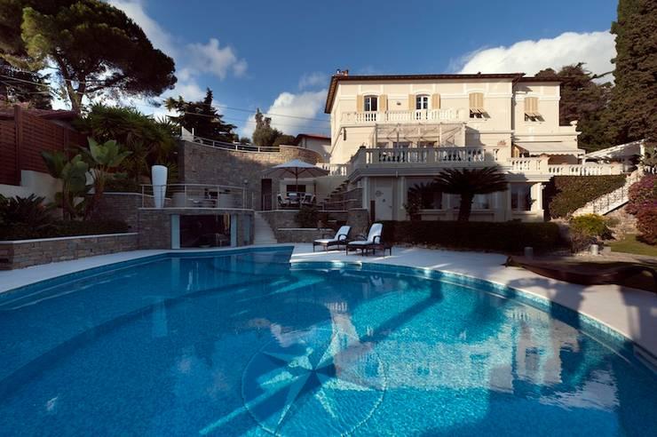 Villa Libera (Liguria Ponente): Piscina in stile in stile Moderno di studiodonizelli